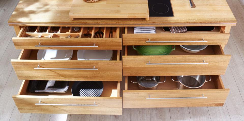Los interiores de los muebles también están elaborados en madera