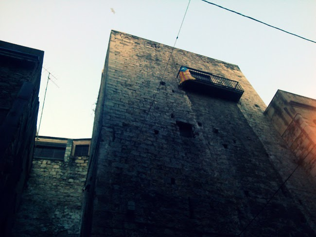 Muralla de Ballesteries. Encants de Girona.