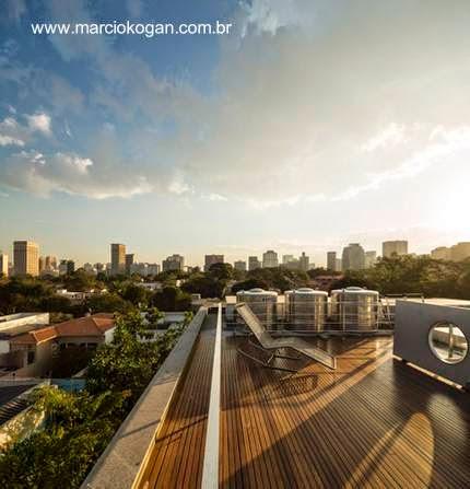 Terraza de la Casa Cubo de Marcio Kogan en San Pablo, Brasil