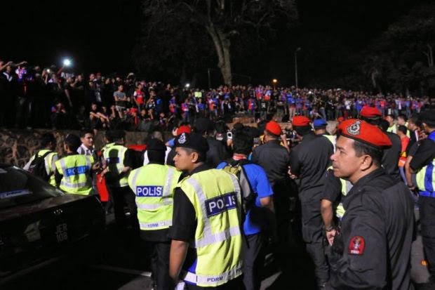 Gambar Kekecohan Penyokong Selepas Perlawanan JDT Lawan Pahang 5 Mei 2014