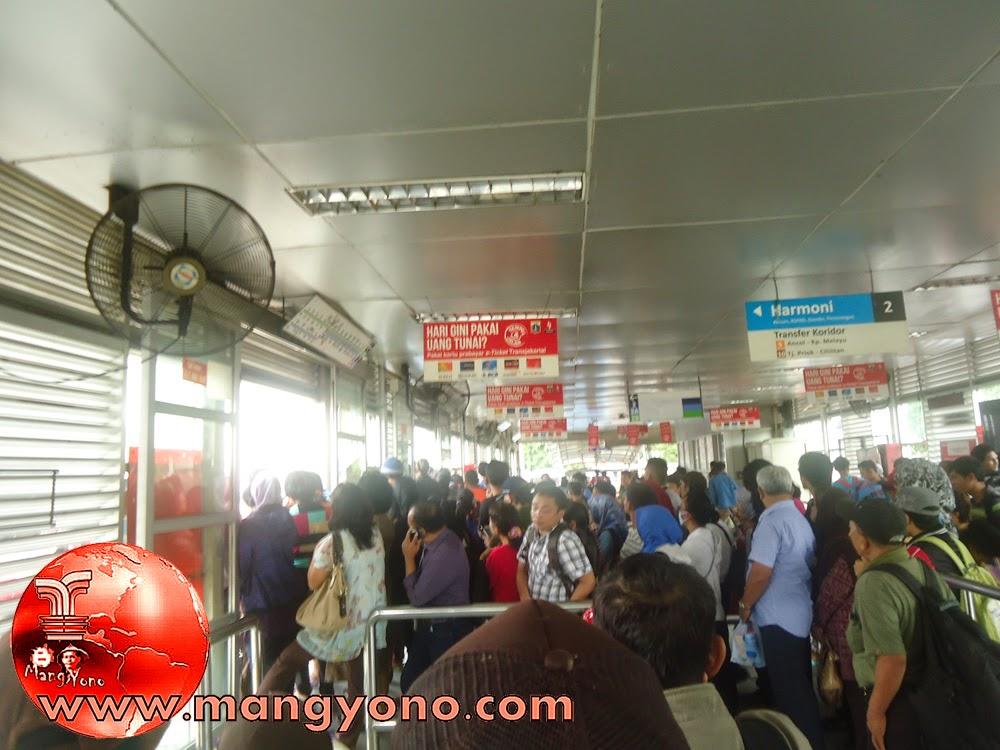 Pada jam 12 atau 13 Penumpang berjubel menunggu Transjakarta di Halte Pulogadung