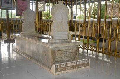 Gambar bfoto dalam makam tempak batu nisan RA Kartini
