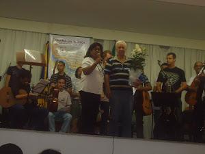 Josmar  recebe  homenagem  de  profa.  Lêda  e  dos  componentes  da  Orquestra  de  Violões