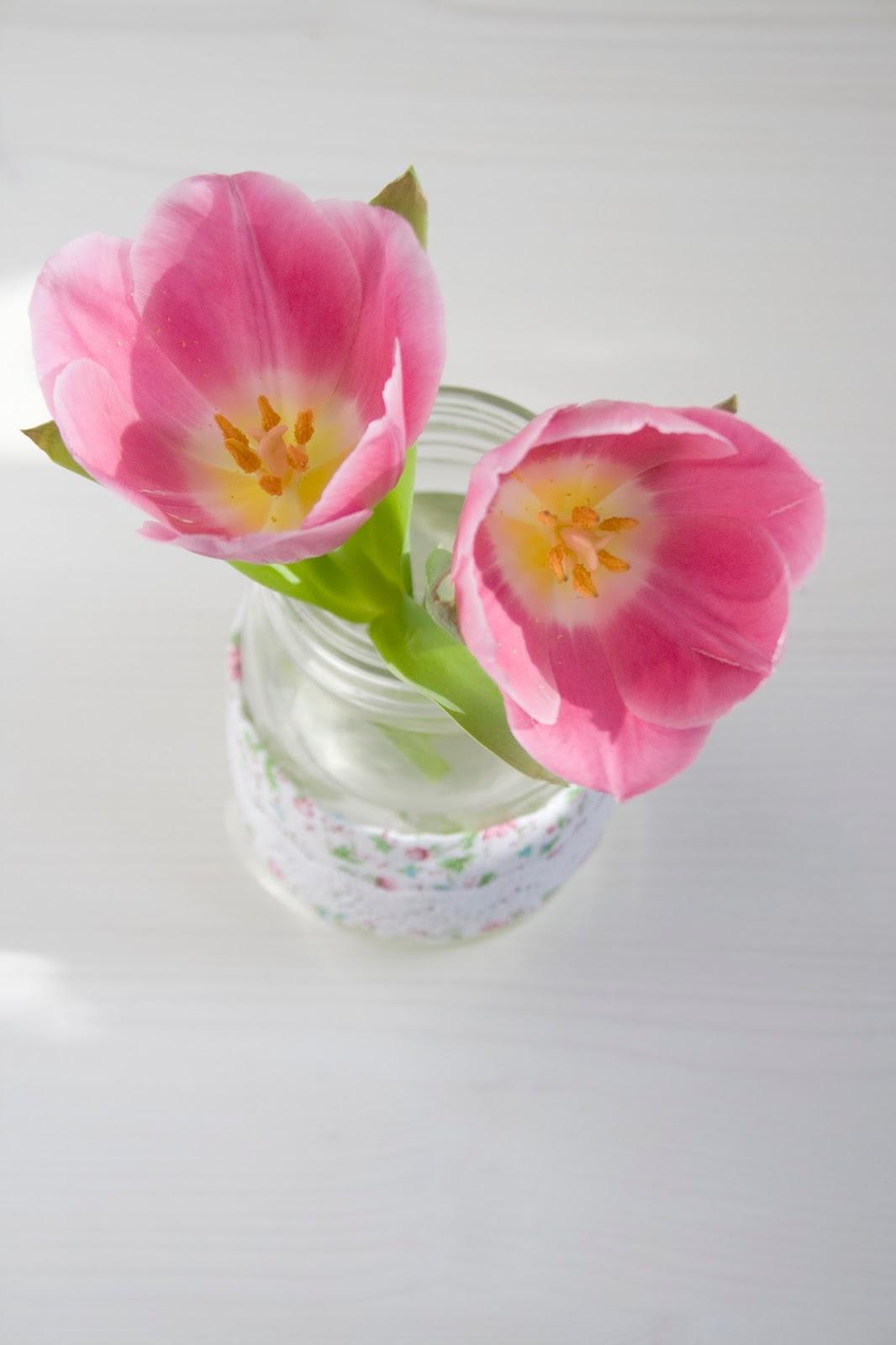 Blumenvase mit Banderole