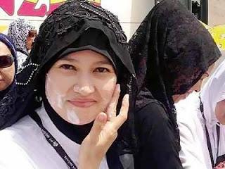 """""""عكاظ"""" التقت زائرة من إندونيسيا، والتي أوضحت أن رغوة حليب الإبل تساهم في علاج الكثير من مشكلات البشرة"""