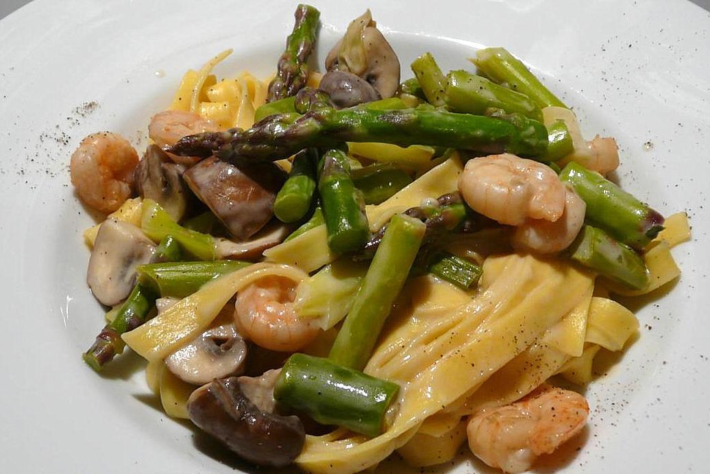 kulinarische welten zu fisch und meeresfrucht pasta mit garnelen gr nem spargel und champignons. Black Bedroom Furniture Sets. Home Design Ideas