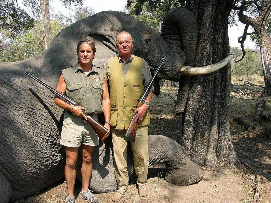 Juan Carlos I de Españistán, en 2006 durante uno de sus sanguinarios safaris a Botswana (África).