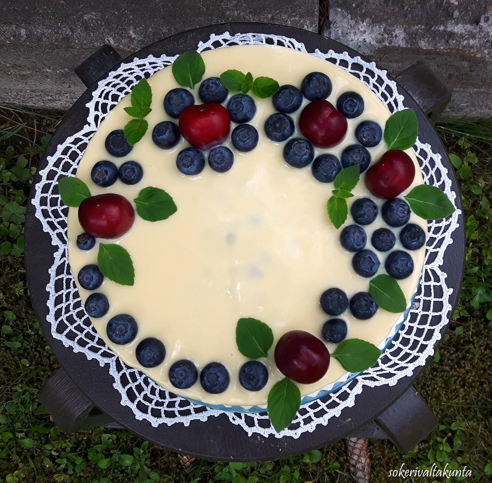 Valkosuklaamustikka-juustokakku