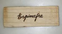 Palavra espinafre inscrita na placa de madeira