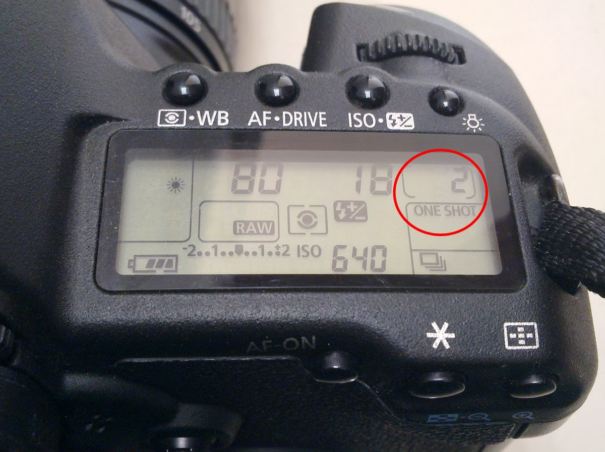 dslr camera lcd showing number of shots left on the memory card