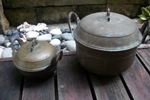 Periuk ibu dan anak- untuk memasak nasi dan  bekas sambal belacan
