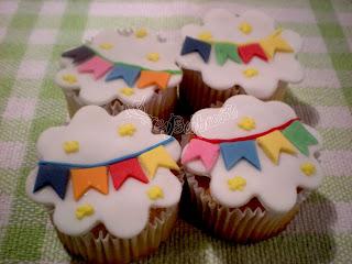 Cupcake Festa Junina pasta americana com bandeirinhas