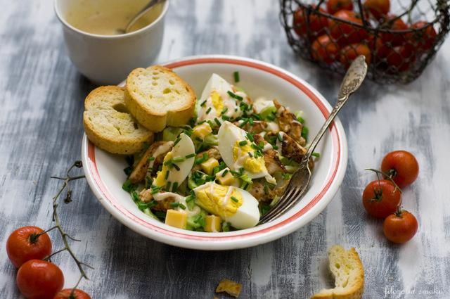 Sałatka z jajek i kurczaka przepis