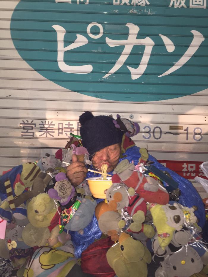 夜の目当てはこの人、広島太郎さん。 広島中心部をいつも徘徊しているがどこにいるかはわからないとのこと。 出会えたぼくたちはラッキーである。