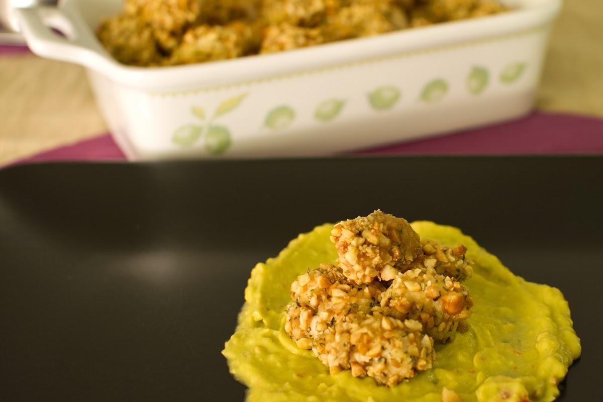 bocconcini di pollo con panatura di anacardi al forno  e guacamole improvvisato