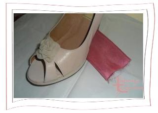 Zapato y muestra tejido para realizar tocado y broche. Lebasy Tocados.