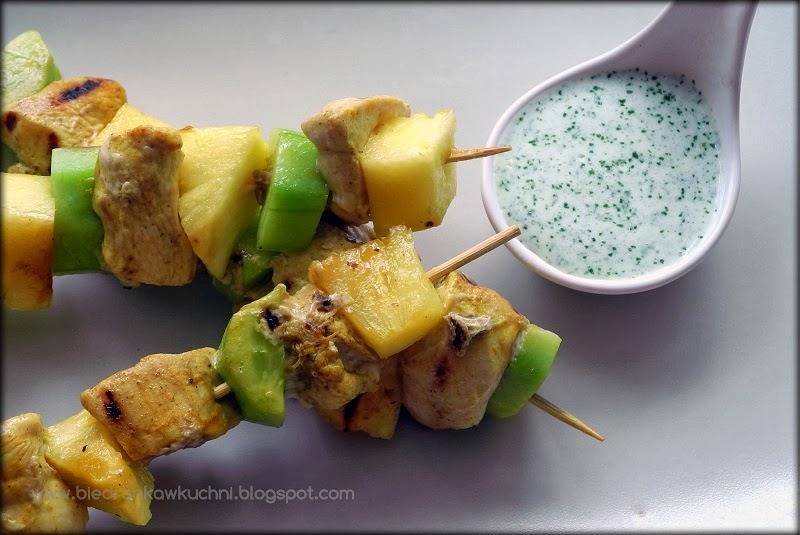 szaszłyki z kurczaka i ananasa, sos miętowy