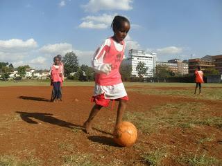 bambine giocano a calcio kenya