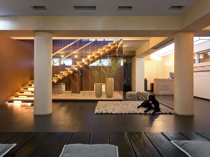 Lobby at night in Modern house by Yakusha Design