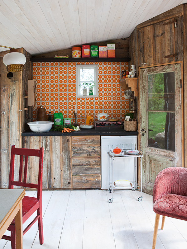 Oh so lovely vintage country charm for Cabin kitchen backsplash ideas