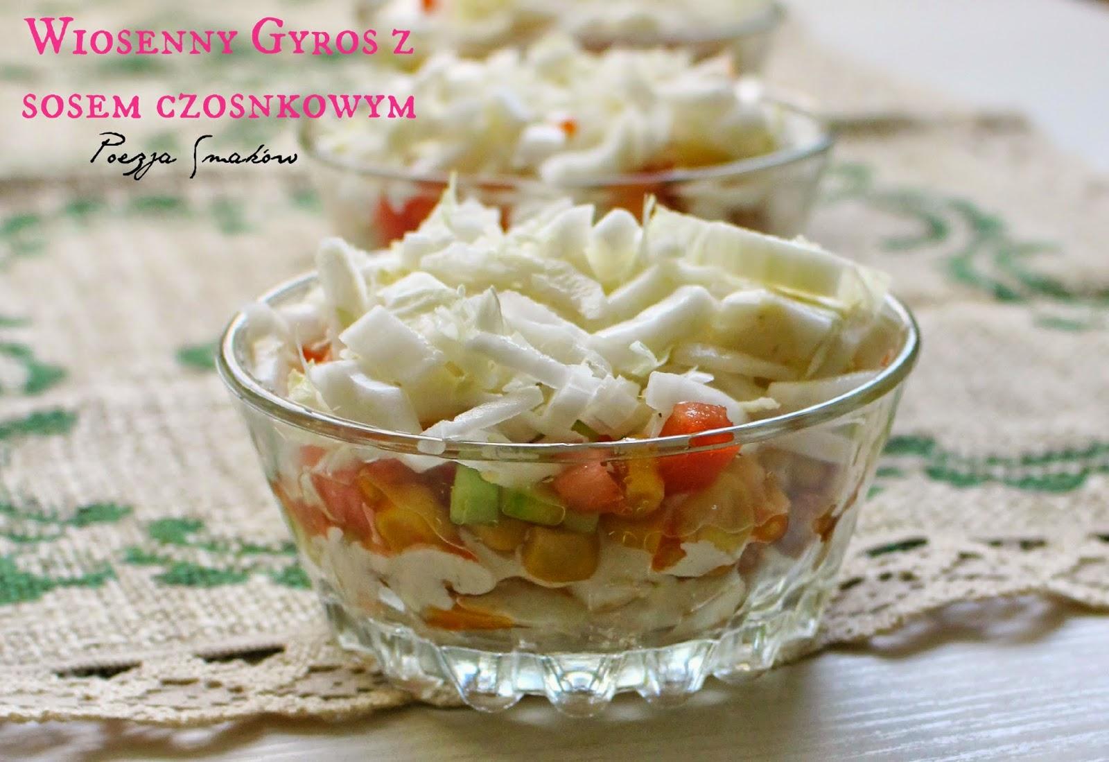 Wiosenny Gyros z sosem czosnkowym - sałatka w wersji light.
