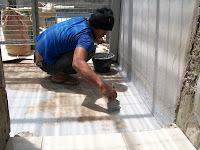 melapisi atap dengan waterproofing