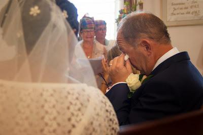 le marié, ému s'essuie les yeux - mariage en Guadeloupe - Le Gosier