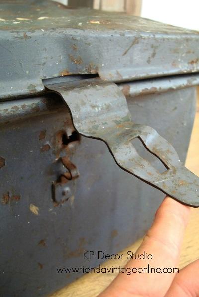 Cajas y baules vintage. cajones de munición militar antiguos