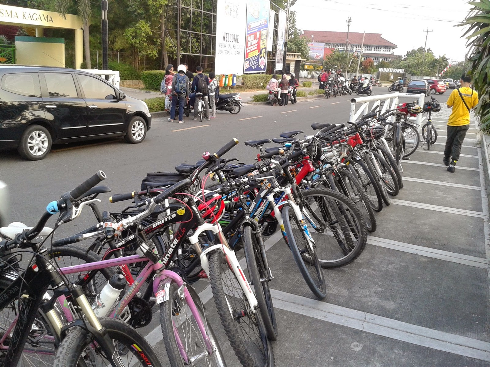 Sepeda terpakir rapi ditepian jalan