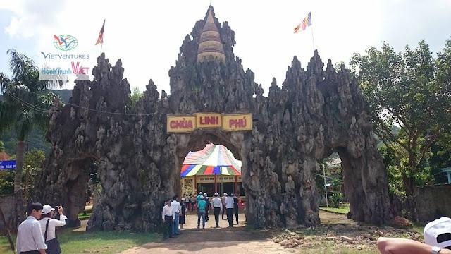 Cổng chùa Linh Phú