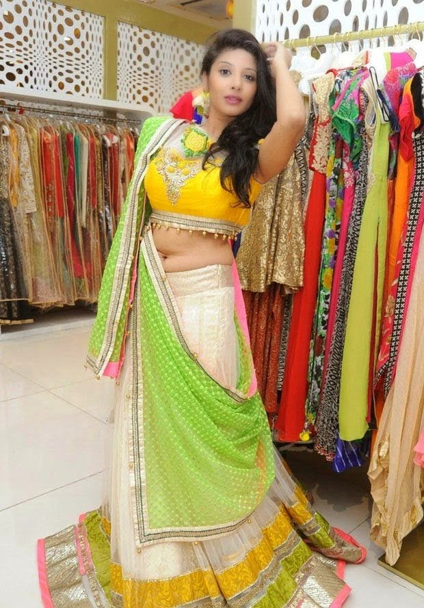 Shruthi in Half Saree Hot Spicy Navel Photos