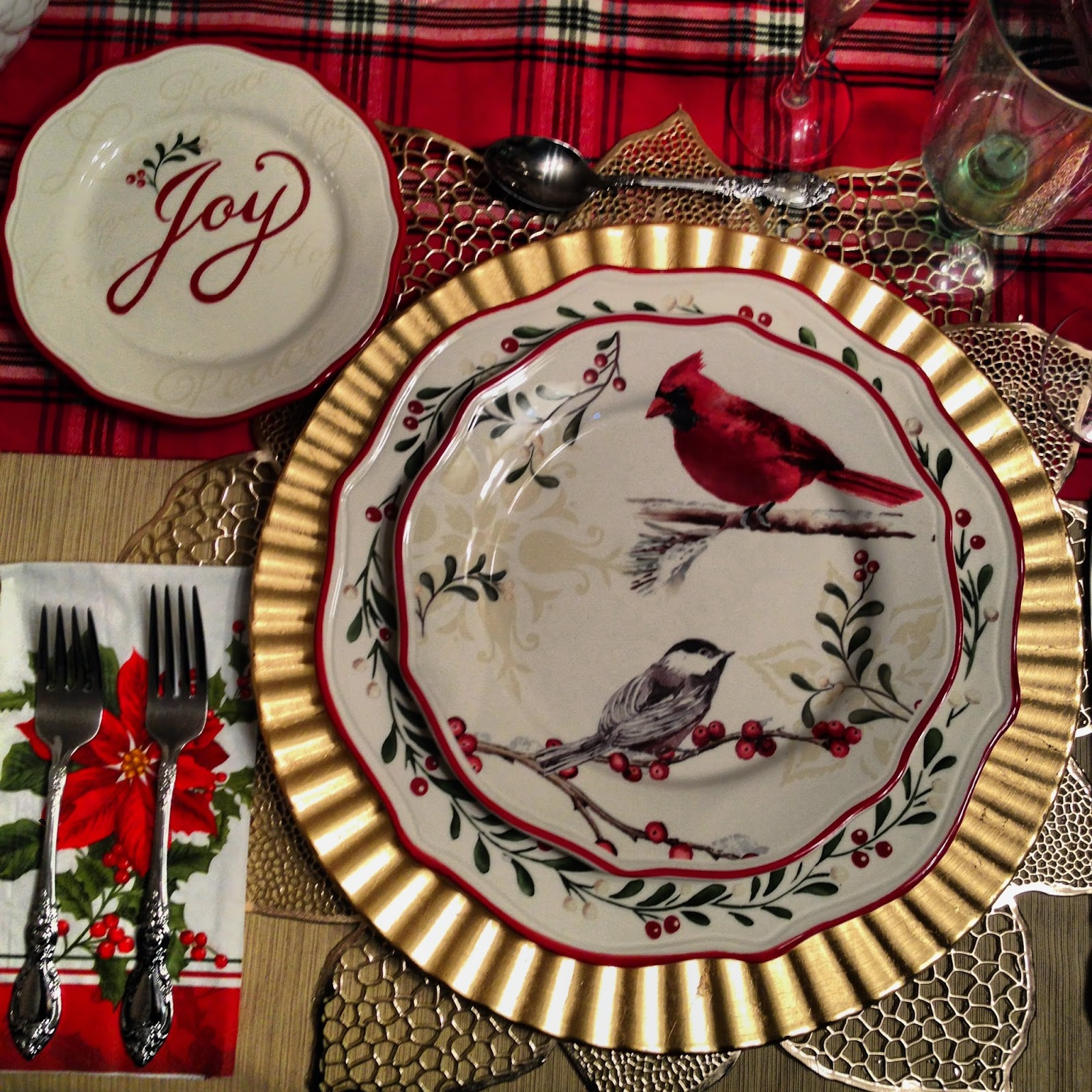 Wouldn\u0027t you feel festive eating your Christmas dinner at this table?? & Dine Like A King: Better Homes and Gardens Christmas Dishes 2010 ...