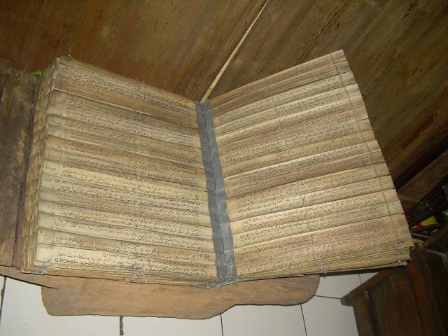 Masya Allah ....Pusaka Milik Suku Papua Berumur Ratusan Tahun Ternyata Al-Qur'an