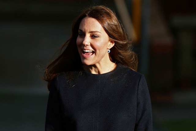 pregnant Kate arrived at Barlby Primary, wearing a navy patterned Madderson dress, to see their Clore Art Room.