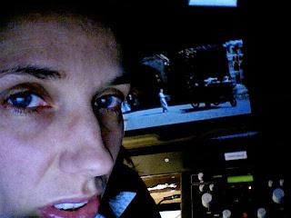 Sprechender Kopf vor Dolmetscherschaltpult und etwas, das wie ein Monitor aussieht, es ist aber die Berlinale-Leinwand