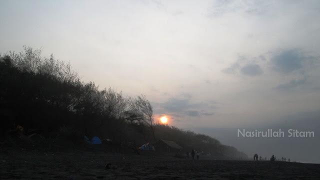 Sempat mengabadikan sunrise di pantai Baru