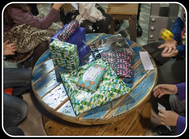 Abrir los regalos de cumpleaños en Camarote Bubbles