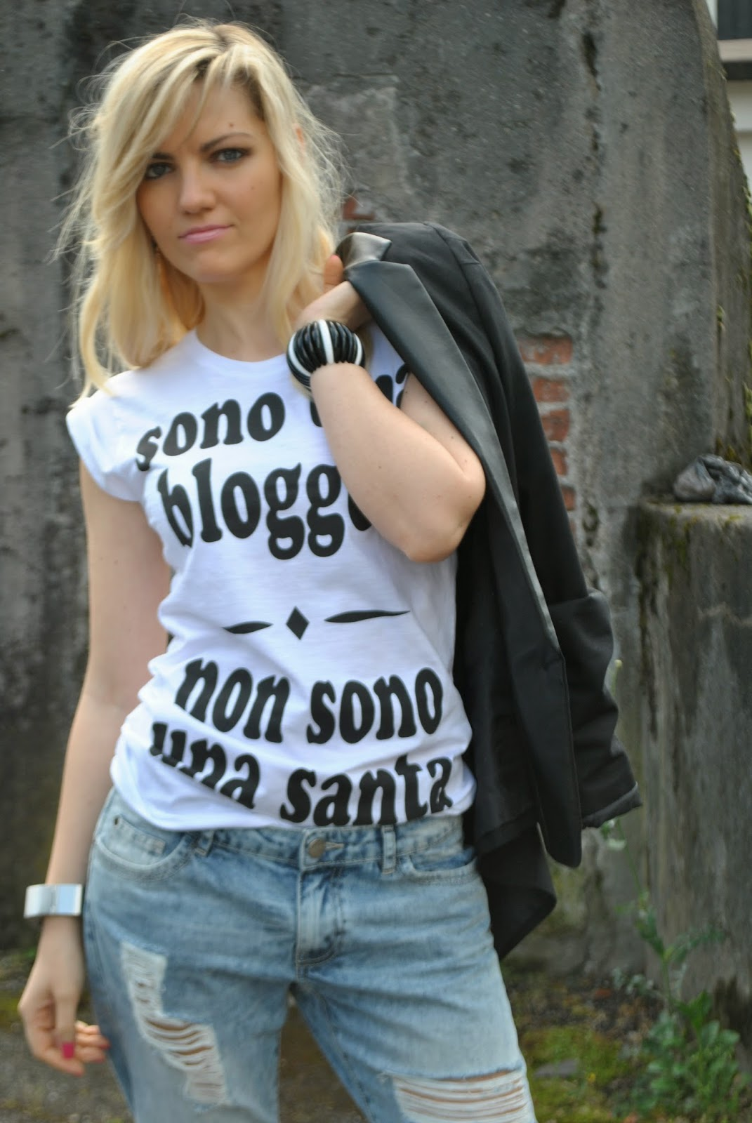tshirt happiness 10 outfit tshirt come abbinare la tshirt happiness 10 sono una blogger non sono una santa mariafelicia magno outfit boyfriend ripped jeans outfit tshirt outfit giacca nera mariafelicia magno colorblock by felym mariafelicia magno fashion blogger outfit primaverili donna jeans e tacchi tshirt happiness giacca reverse nera sandali etnici come abbianre la giacca nera come abbinare i boyfirend jeans abbianmenti boyfriend jeans pimkie blogger italiane di moda milano fashion blog italiani ragazze bionde girl italian girl fashion bloggers italy how to wear boyfriend ripped jeans black blazer jeans and heels blondie girls fashion bloggers italy