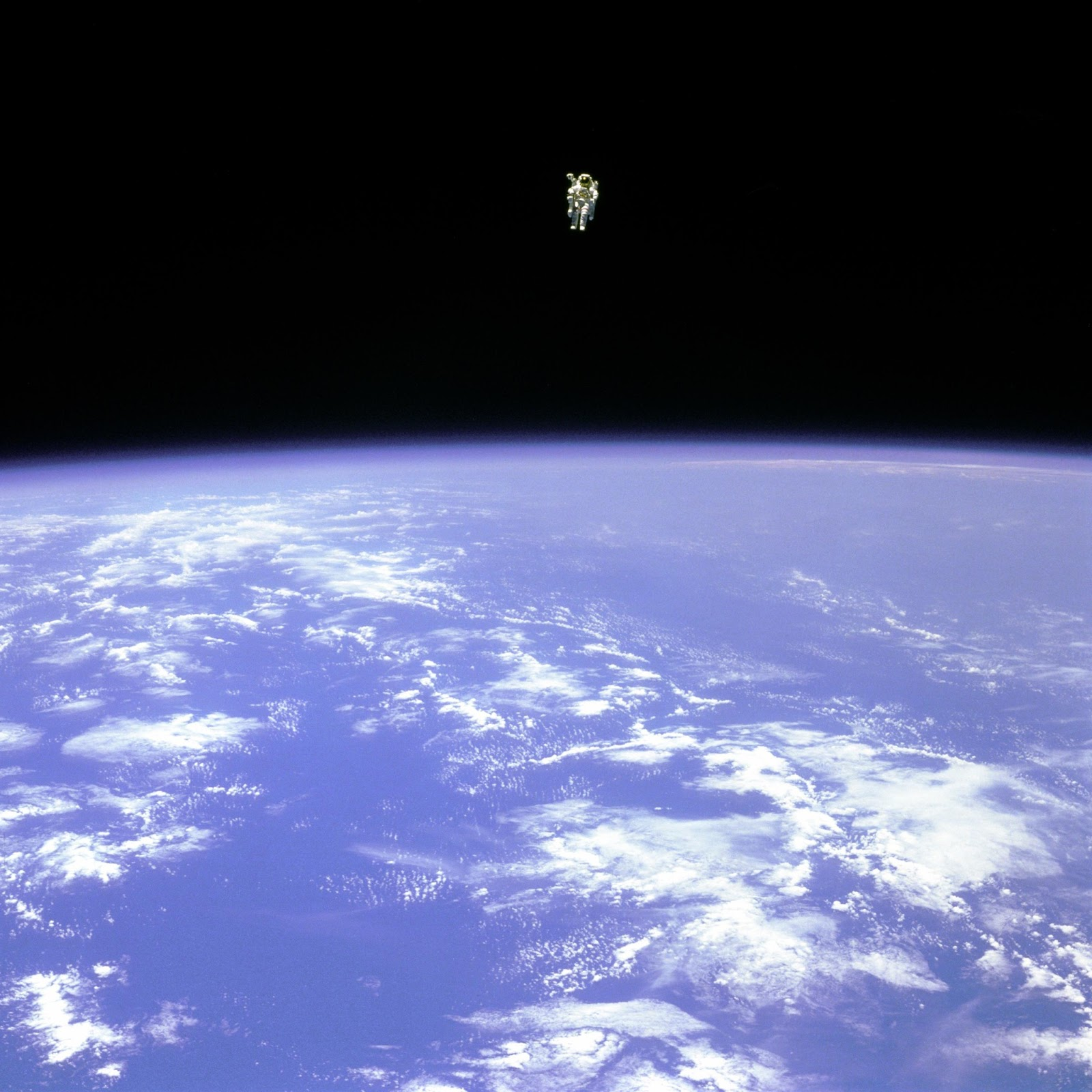 The reel foto bruce mccandless floating astronaut in space for Flying spaces
