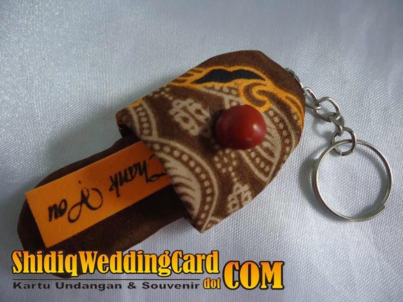 http://www.shidiqweddingcard.com/2014/02/souvenir-gantungan-kunci-sandal-batik.html