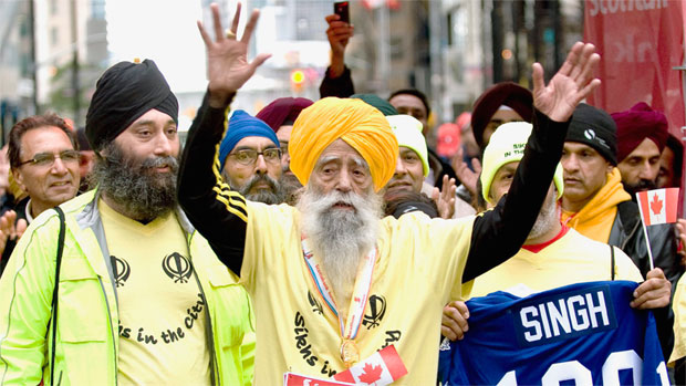 fauja singh - Pelari marathon tertua di dunia, berusia 100 tahun