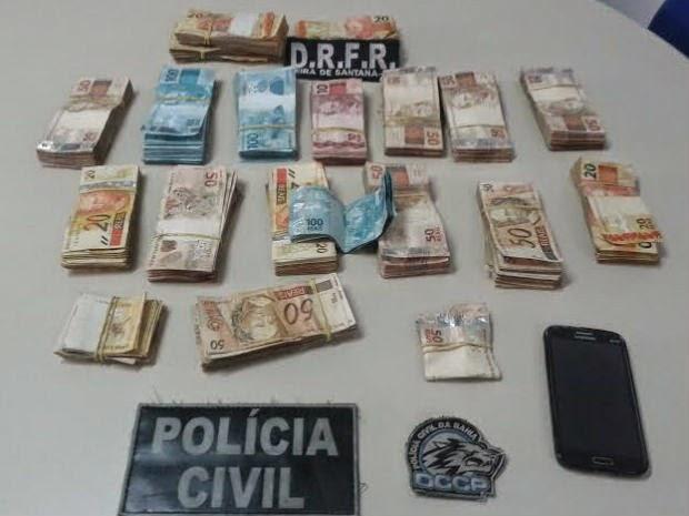 Dinheiro foi achado dentro do quarto do estudante separados por pacotes, em Feira de Santana (Foto: Aldo Matos/ Site Acorda Cidade)