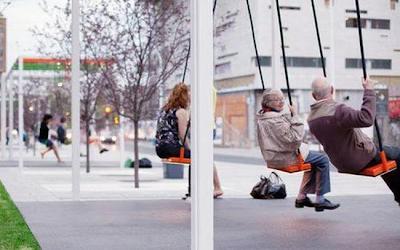 Columpios en una parada de bus en canada.