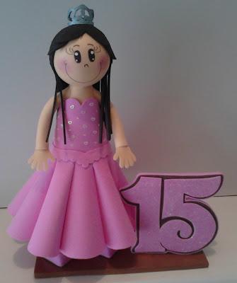 Boneca eva 3d Debutante  com o nº 15 ao lado em rosa e marrom  e detalhes com  gliter.vestido com  aplique em corações e coroa com gliter.