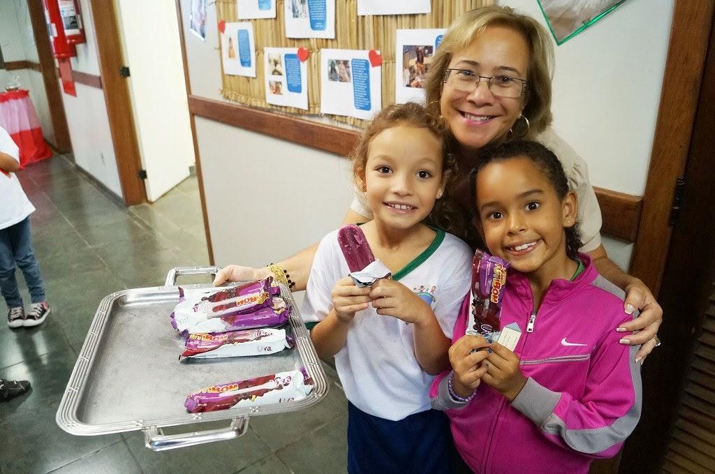 A nova administradora, Beatriz Fonseca, distribui picolés para os jovens visitantes da Biblioteca