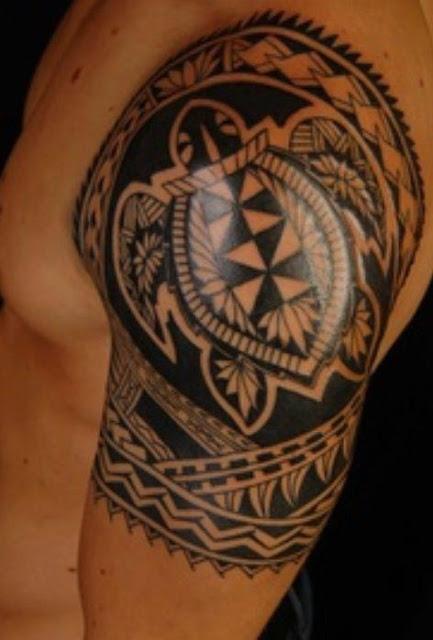 Tatuaje tribal tortuga maorí