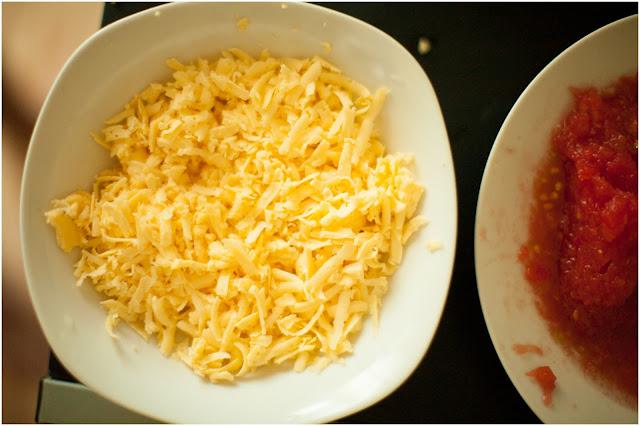 тертый сыр и помидоры для пиццы
