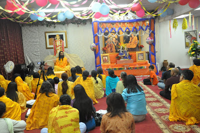 Swamiji giving the teachings of Jagadguru Kripaluji Maharaj to Canada devotees