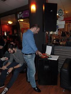 Ο Γιάννης Γαβράς γράφει στη γραφομηχανή