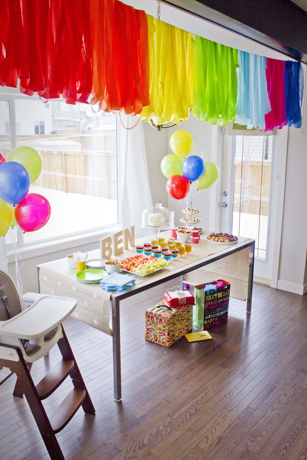 Corner orchid ben 39 s first birthday party for Balloon and streamer decoration ideas